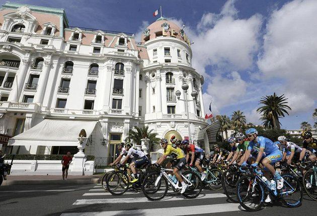 Lídr závodu Paříž-Nice Sergio Henao Montoya z Kolumbie ve žlutém trikotu v poslední etapě.