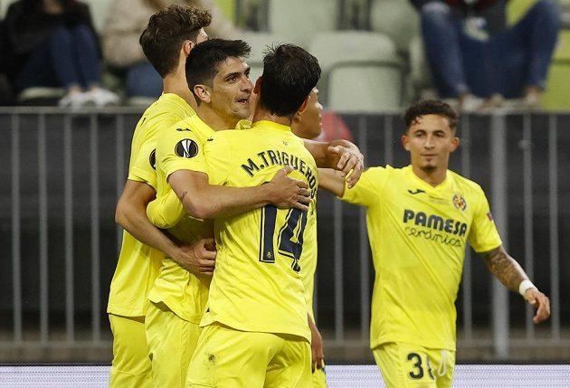 Fotbalista Villarrealu Gerard Moreno slaví se spoluhráči gól ve finále Evropské ligy.