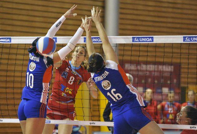 Olomoucké duo Monika Dediková (10) a Veronika Strušková (16) se snaží ve finále poháru zablokovat útok Niny Herelové z Prostějova.