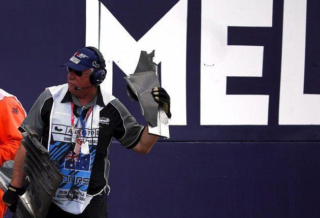 Pořadatelé v Austrálii sbírali kusy Alonsova monopostu, které se po nehodě rozletěly do všech stran.