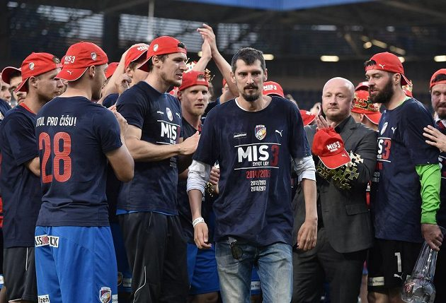 Vážně nemocný fotbalista Marián Čišovský během oslav zisku mistrovského titulu v Plzni.