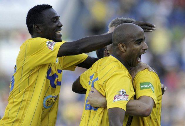 Radost teplických fotbalistů. Autor dvou gólů Francis Litsingi a Martin Jindráček (vpravo schovaný za Nivaldem).