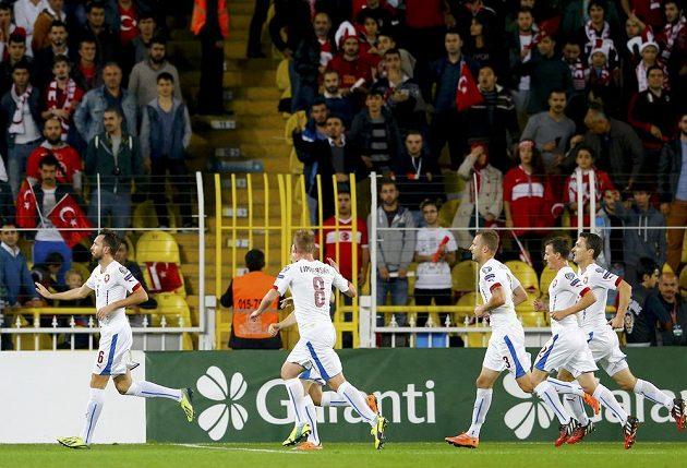 Tomáš Sivok (vlevo) nechtěl turecké fanoušky po vyrovnávací brance příliš provokovat.