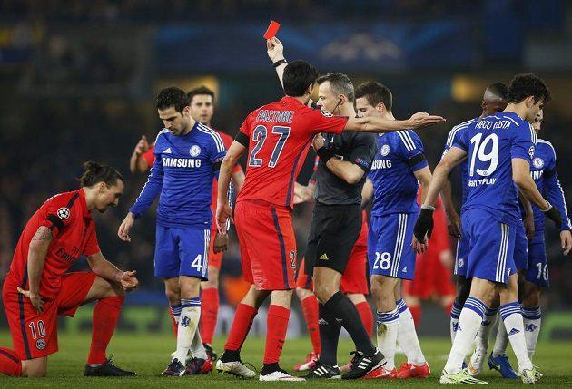 Zlatan Ibrahimovic (vlevo) dostává od rozhodčího Björna Kuiperse v odvetném osmifinále Ligy mistrů na hřišti Chelsea červenou kartu.