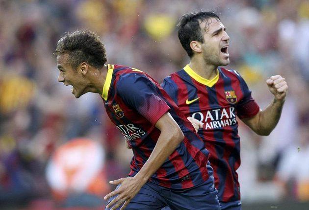 Barcelonský Neymar slaví svou trefu proti Realu Madrid, v pozadí jeho spoluhráč Cesc Fábregas.