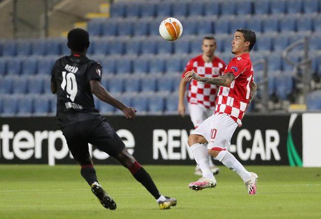 Josué z Beer Ševy u míče, sleduje ho slávista Oscar.