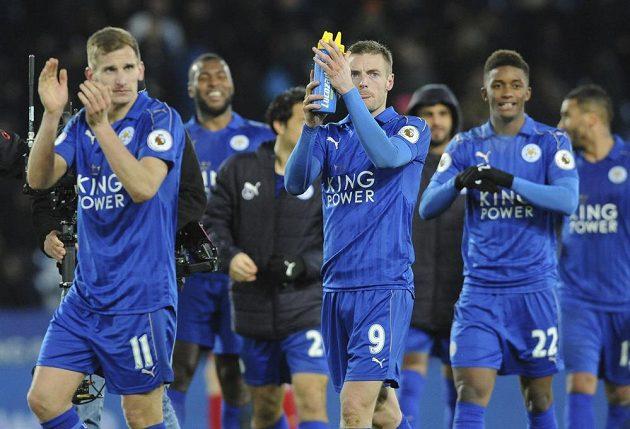 Fotbalisté Leicesteru zdraví fanoušky po výhře nad Liverpoolem.