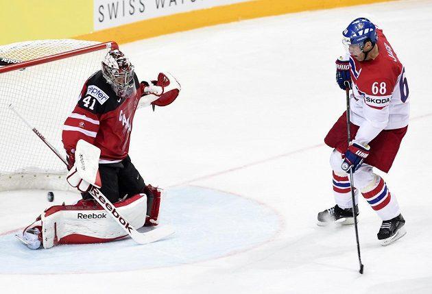 Jaromír Jágr cloní před brankářem Kanady Mikem Smithem při gólu, který zaznamenal Martin Erat.
