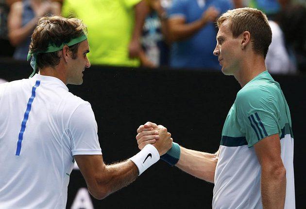 Dobojováno. Tomáš Berdych (vlevo) gratuluje Rogeru Federerovi k postupu do semifinále Australian Open.