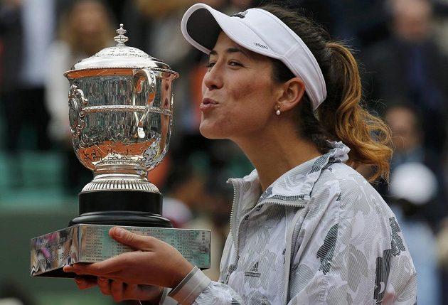 Garbiňe Muguruzaová s trofejí pro vítězku French Open.