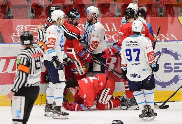 Potyčka hokejistů během utkání HC Olomouc - HC Škoda Plzeň.