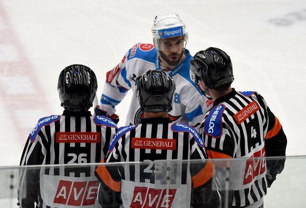 Chomutovský kapitán Michal Vondrka při utkání s Mladou Boleslaví diskutuje s rozhodčími o čtyřminutovém trestu spoluhráče Ivana Humla.