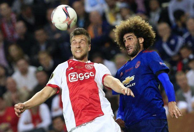 Hlavičkový souboj mezi Joelem Veltmanem z Ajaxu a Marouanem Fellainim z Manchesteru United.