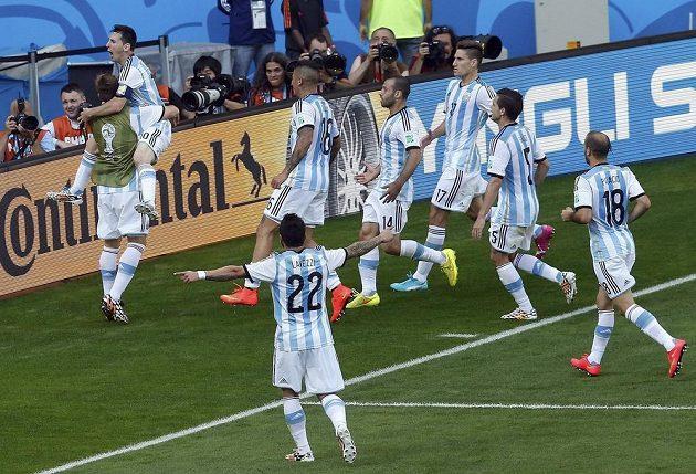 Argentinci slaví vítězný gól proti Íránu, který vstřelil Lionel Messi (druhý zleva).