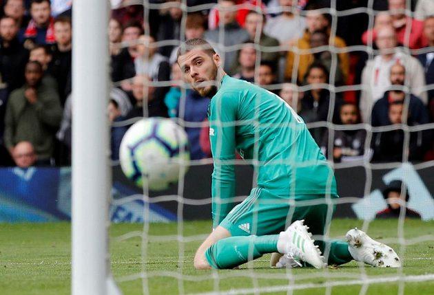 Brankář Manchesteru United David de Gea se jen ohlíží za míčem, který poslal za jeho záda Marcos Alonso z Chelsea.