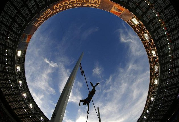 Ruská tyčkařka Jelena Isinbajevová na moskevském stadiónu.