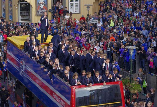 Islandští fotbalisté při triumfálním návratu domů.