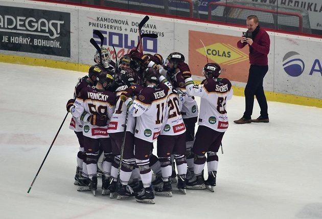 Vítězná radost hokejistů Jihlavy po utkání první Chance ligy.