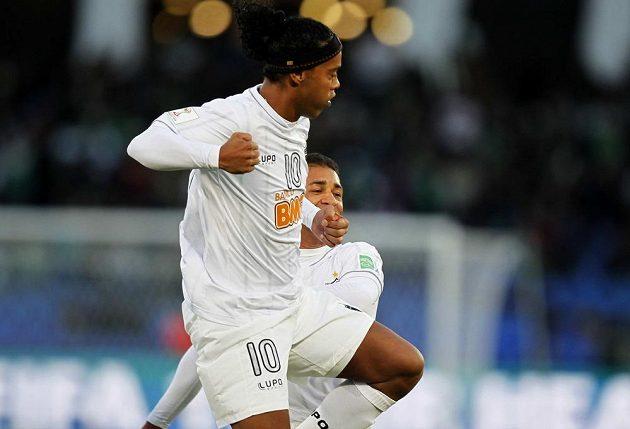 Ronaldinho z Atlética Mineiro se raduje ze svého gólu.