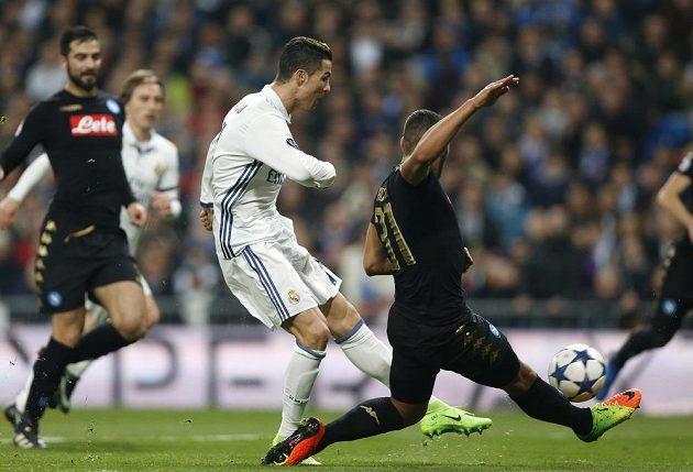 Střelecký pokus Cristiana Ronalda z Realu Madrid proti Neapoli.