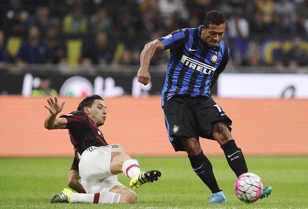 Fredy Guarín z Interu Milán dává jediný gól v derby s AC.