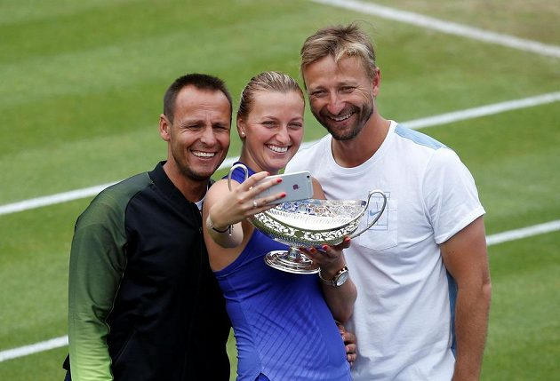 Petra Kvitová si pořizuje selfíčko s trenérem Jiřím Vaňkem (vpravo) a kondičním koučem Davidem Vydrou po triumfu v Birminghamu.