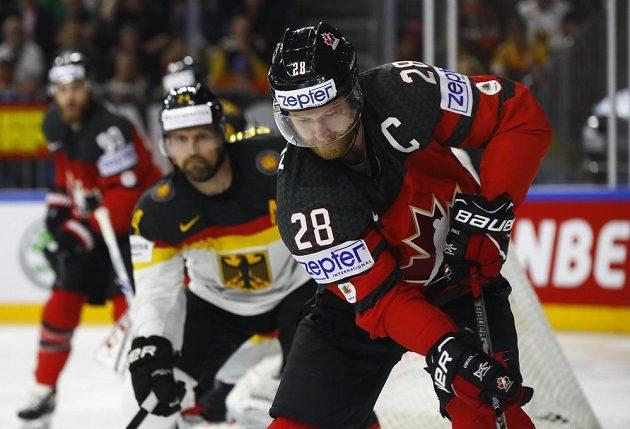 Kanadský útočník Claude Giroux s pukem během čtvrtfinále mistrovství světa, kdy Javorové listy hrály proti Německu.