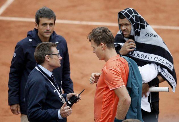 Tomáš Berdych (druhý zprava) a Jo-Wilfried Tsonga (vpravo) během deštivé pauzy v osmifinále French Open.