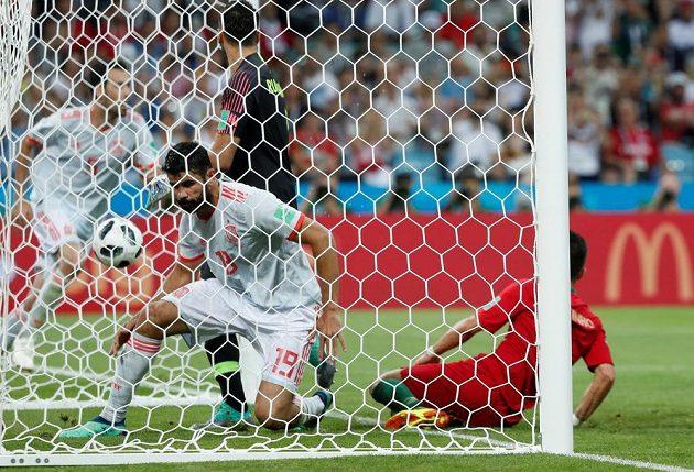 Španělský kanonýr Diego Costa je v síti portugalské branky, důležitější ale je, že je tam také míč.