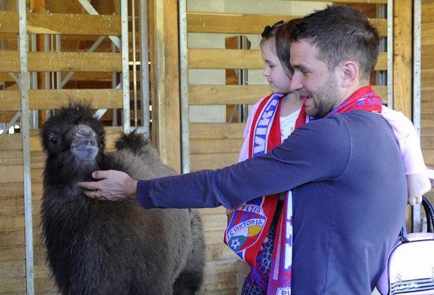 Viktor se jmenuje třítýdenní mládě velblouda dvouhrbého z plzeňské zoologické zahrady. Podle svého klubu ho pokřtil fotbalista FC Viktoria Marek Bakoš. Pro Bakoše, který přišel se svou čtyřletou dcerou Laurou, byly křtiny také jedním z dárků k jeho třicetinám.