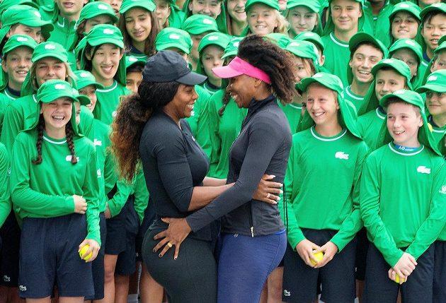Serena Williamsová se sestrou Venus při promoakci před Australian Open se sběrači míčků.
