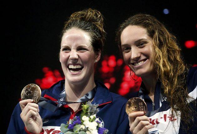 Zlatá medailistka na 200 metrů volným způsobem Missy Franklinová z USA (vlevo) a bronzová Camille Muffatová z Francie.