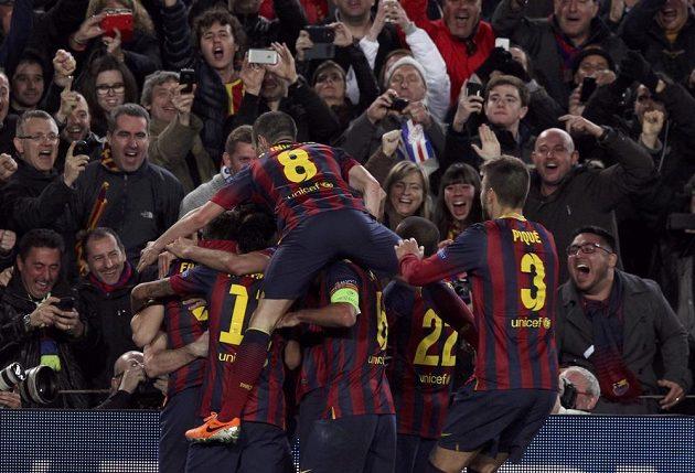 Radost barcelonských fotbalistů po vstřelení gólu do sítě Manchesteru City v odvetném osmifinálovém duelu Ligy mistrů.