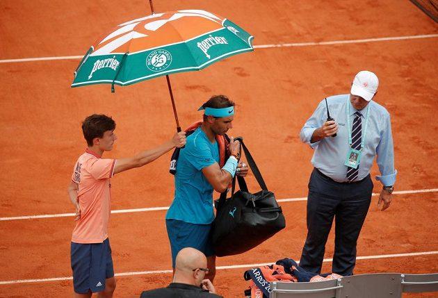 I Rafael Nadal musel kvůli dešti během čtvrtfinále opustit kurt.