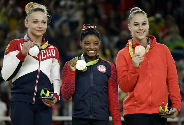Simone Bilesová suverénně ovládla přeskok. Vpravo třetí Giulia Steingruberová ze Švýcarska, vlevo druhá Ruska Maria Paseková.