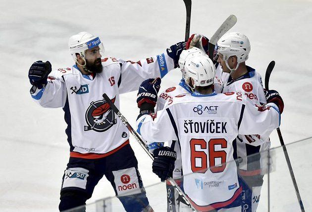 Hráči Chomutova se radují z gólu.