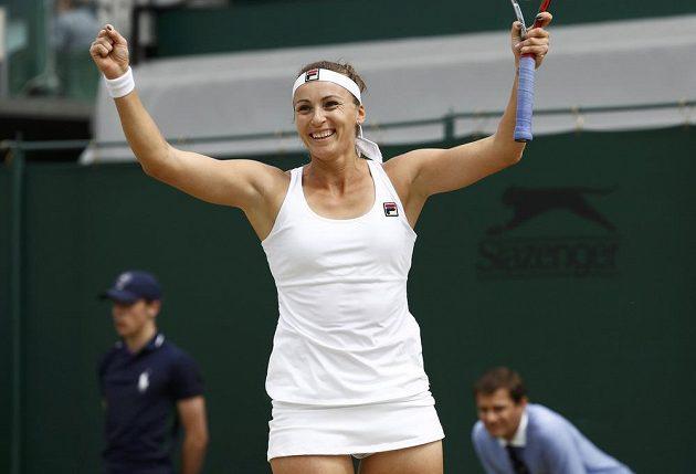 Jaroslava Švedovová z Kazachstánu se raduje z vítězství nad Lucií Šafářovou v osmifinále Wimbledonu.