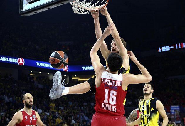 Jan Veselý z Fenerbahce a Kostas Papanikolaou z Olympiakosu.
