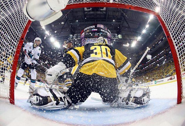 Hokejista San Jose Sharks Tomáš Hertl (vlevo) před brankářem Pittsburghu Mattem Murraym ve druhém finále Stanley Cupu.
