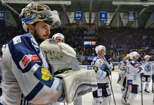 Smutní plzeňský hokejisté po porážce v šestém semifinálovém duelu play off extraligy se Spartou. Vlevo je brankář Matěj Machovský.