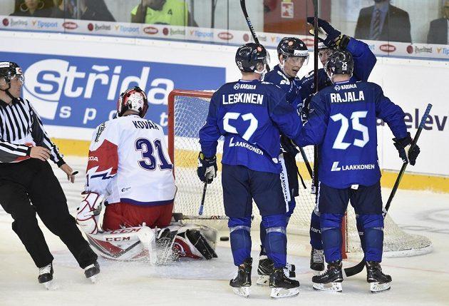 Finové se radují po jednom z gólů, který zaznamenali proti českému brankáři Jakubu Kovářovi.