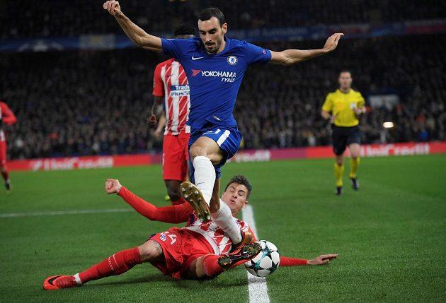 José Giménez z Atlética Madrid zastavuje skluzem Davida Zappacostu z Chelsea.