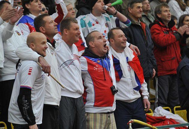 Domácí vlajkonoši, kteří fandili v Bělehradu, povzbuzovali i při slavnosti na prostějovském centrálním kurtu.