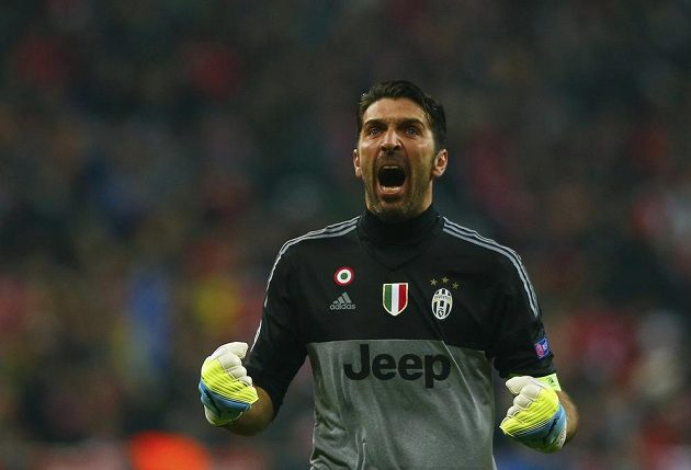 Brankář Juventusu Gianluigi Buffon se raduje z gólu proti Bayernu.