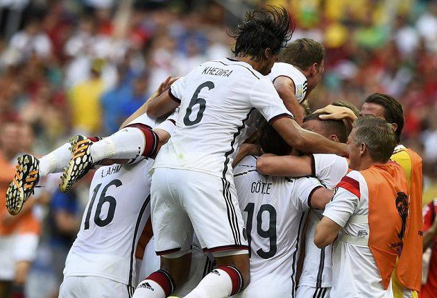 Němečtí fotbalisté se radují z gólu proti Portugalsku.