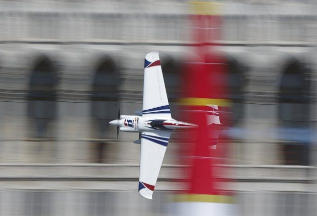 Akrobatický pilot Martin Šonka skončil v Budapešti třetí.