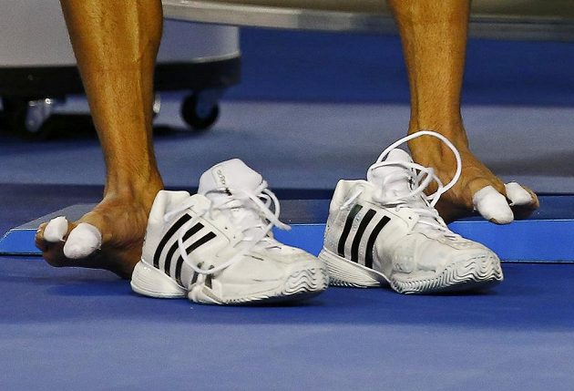 Novak Djokovič mění obuv v semifinále Australian Open.