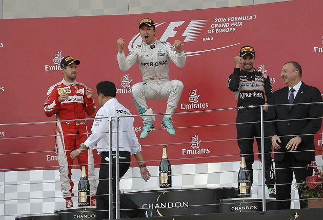 Takto se Němec Nico Rosberg (uprostřed) radoval z výhry v Baku. Vlevo od něj druhý Sebastian Vettel a třetí Sergio Pérez.