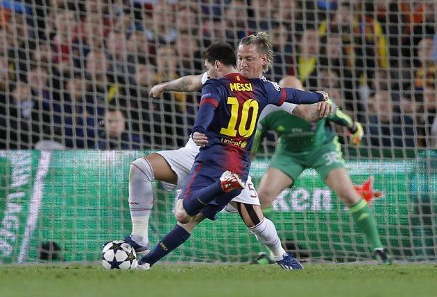Lionel Messi z Barcelony střílí přes bránícího Philippa Mexese z AC Milán.