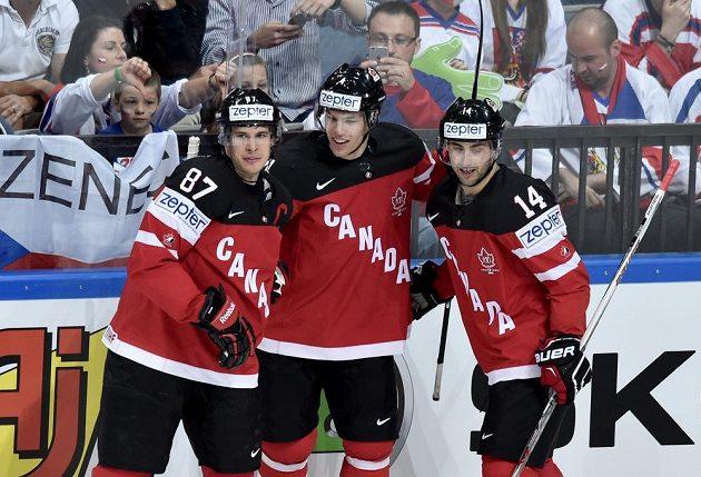 Hokejisté Kanady Sidney Crosby, Taylor Hall a Jordan Eberle oslavují první gól.